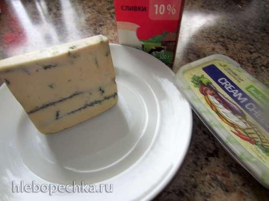 Груши, фаршированные голубым сыром под фруктовым соусом