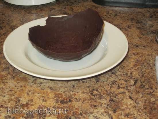 Черничный суп в шоколадной тарелке
