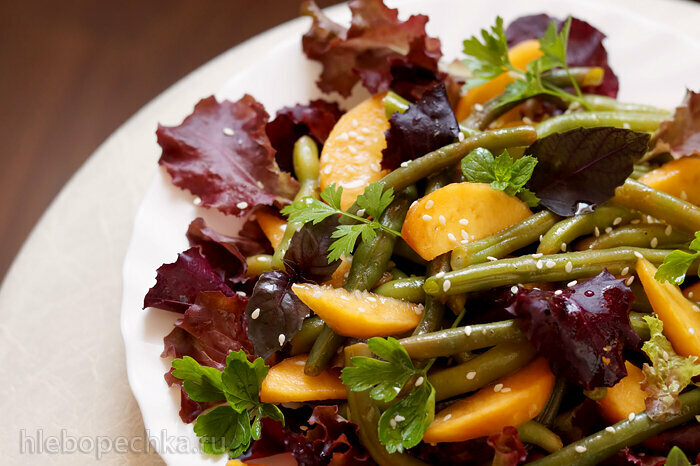 Зеленая фасоль и персики с салатным соусом