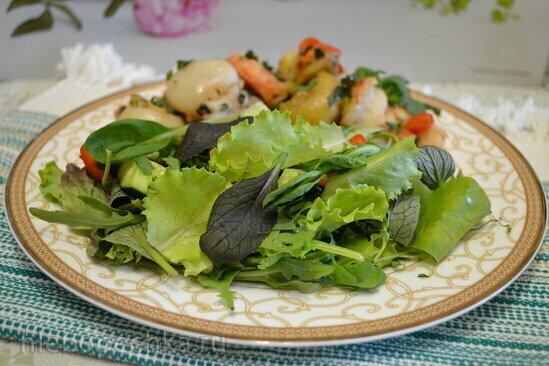 Теплый салат с каракатицей и креветками