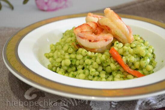 Паста «птитим» под зеленым соусом со шпинатом и авокадо
