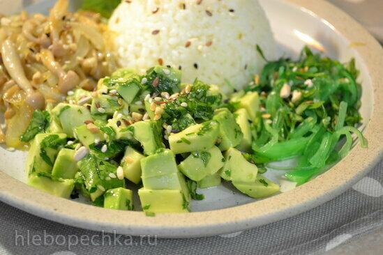 Поке с рисом и авокадо