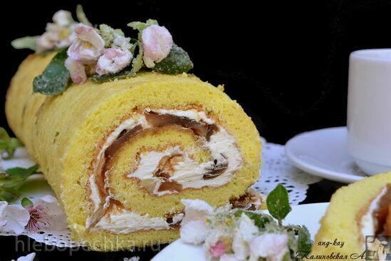 Бисквитный рулет с яблочным кремом и яблоками в карамели