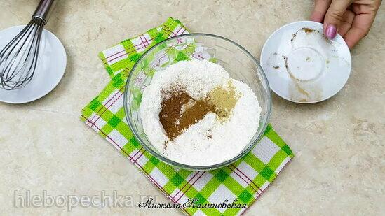 Пряный бисквитный рулет с ревенем и белым шоколадом (+видео)