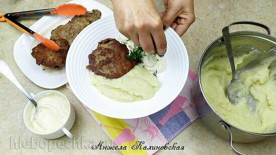Свиная отбивная с пюре из цветной капусты и сливочным соусом с голубым сыром (+видео)