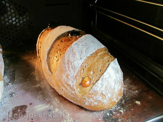 Хлеб сдобный с черным кунжутом, сыром и вялеными помидорами