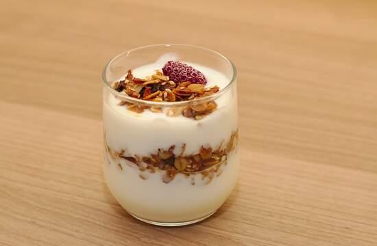 Почему после приготовления йогурта снизу отслоилась сыворотка?